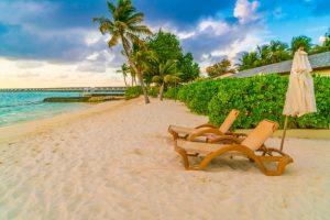 Eksotisk strand med solstole